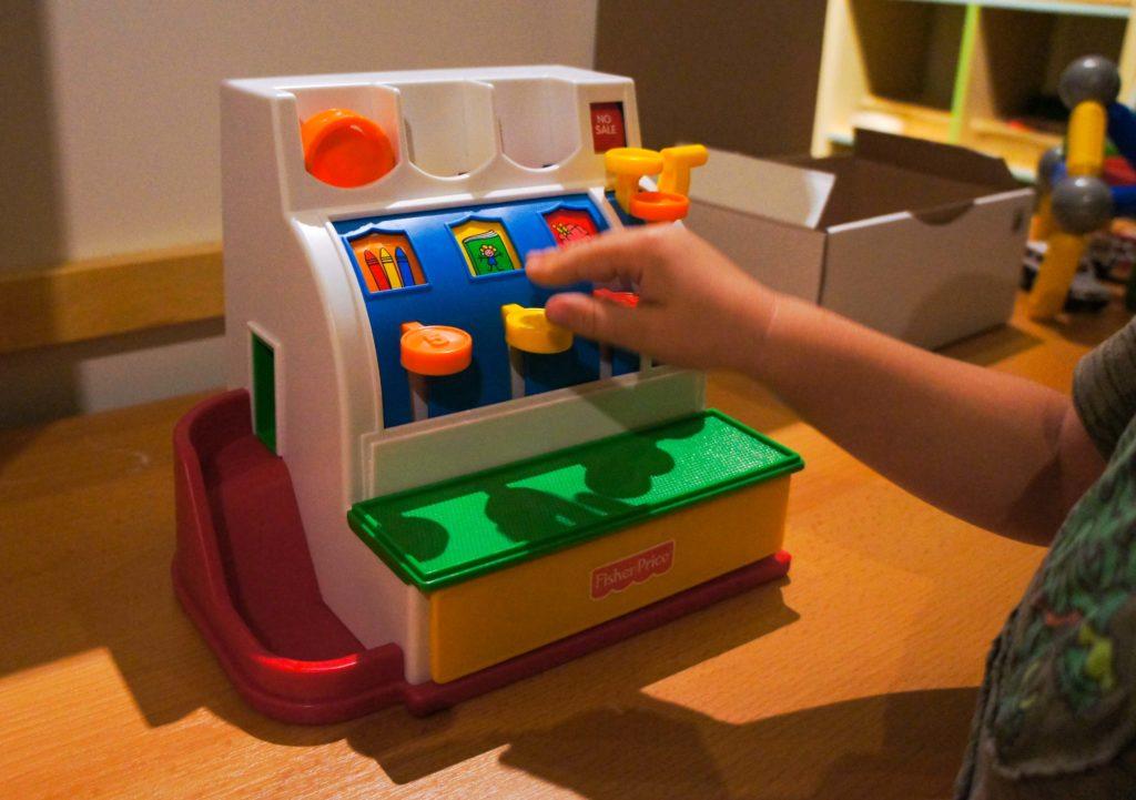 Besten Lernpielzeug für Kinder ab 2 Jahre: Spielzeugkasse von Fisherprice
