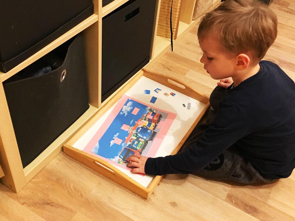 DIY Puzzles: Kind beim Lösen den Schnipselpuzzles Tayo der kleine Bus